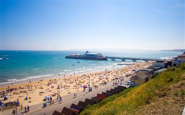Bournemouth Beach, salah satu alasan saya memilih sekolah di Bournemouth :)  Image from: http://www.telegraph.co.uk/education/universityeducation/universities-and-colleges/9984840/Bournemouth-University-guide.html